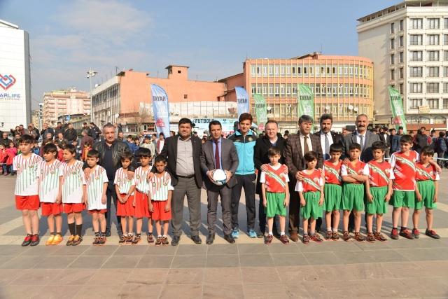 """Çocukları, kötü alışkanlıklardan uzak tutmak ve spora yönlendirmek amacıyla Diyarbakır Büyükşehir Belediyesi, İl Milli Eğitim Müdürlüğü ve Güneydoğu Spor Yazarları Derneği'nin ortaklaşa düzenlediği, 8-12 yaş arası toplam bin 10 minik sporcunun katılım gösterdiği  """"5'te Devre 10'da Biter Sokak Futbolu"""" turnuvası Dağkapı Meydanı'nda İskenderpaşa ile İsmetpaşa İlkokulları arasında yapılan müsabakayla başladı."""