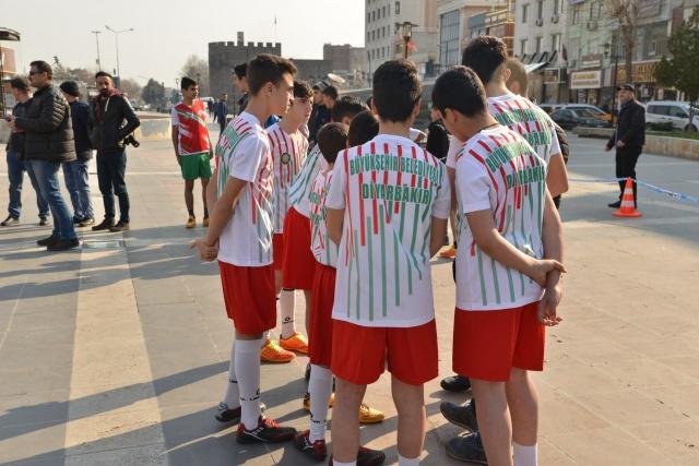 """Çocukları spora yönlendirmek, spor kültürü oluşturmak, etkinliklerle sosyalleşmelerini sağlamak ve kötü alışkanlıklardan uzak tutmak amacıyla Diyarbakır Büyükşehir Belediyesi, İl Milli Eğitim Müdürlüğü ve Güneydoğu Spor Yazarları Derneği'nin ortaklaşa düzenlediği """"5'te Devre 10'da Biter Sokak Futbolu"""" turnuvası start aldı. Okulların ilk ve orta öğretimlerinde eğitim gören 8-12 yaş arası çocukların katıldığı turnuvada toplam 101 takım şampiyonluğa ulaşmak için ter dökecek. Organizasyon sonunda ilk ve ortaokullardan birer takım şampiyonluğa uzanacak. Her takım 7 asil ve 3 yedekten oluşuyor. Kayapınar 31, Bağlar 17, Sur 13, Yenişehir 30 ve Çınar 10 takım olmak üzere ilk ve ortaokullardan birer takımlar turnuvaya katılıyor."""