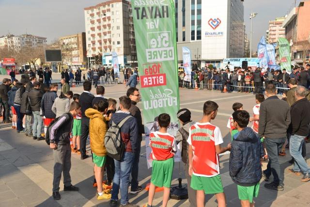 """Bin 10 çocuğa ücretsiz spor malzemesi  Diyarbakır Büyükşehir Belediyesi Gençlik ve Spor Hizmetleri Daire Başkanlığı, """"5'te Devre 10'da Biter Sokak Futbolu"""" turnuvası öncesinde takımlara, bin 10 çocuğa ücretsiz spor malzemeleri dağıttı ve ayrıca müsabakalarda personellerini görevlendirdi. Müsabakaların yapıldığı Dağkapı Meydanı'nın futbol alanı şeritlerle belirlendi ve sahanın dört bir yanına """"Sokakta Hayat Var"""" kırlangıçları yerleştirildi."""
