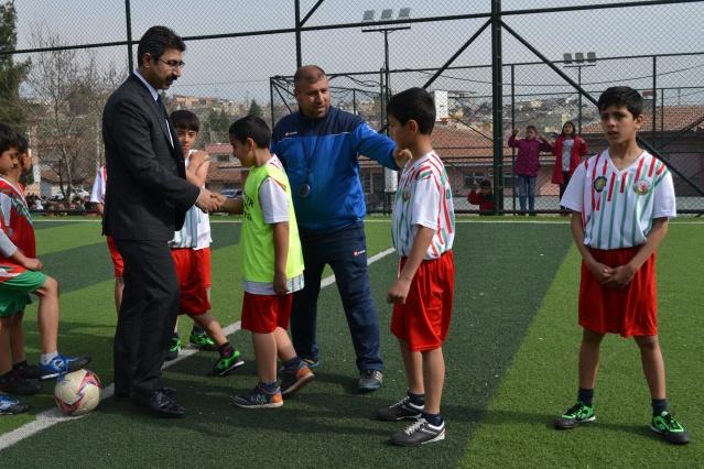 """Diyarbakır'da çocukları daha fazla spora yönlendirmek amacıyla Büyükşehir Belediyesi, İl Milli Eğitim Müdürlüğü ve Güneydoğu Spor Yazarları Derneğinin Organize ettiği """"5 te devre 10 da biter"""" futbol turnuvası tüm hızıyla devam ediyor.  YENİŞEHİR FİNALİ  Turnuvada Yenisehir ilçe karşılaşmaları Yolaltı ilkokulu sahasında oynandı.  5'TE DEVRE 10'DA BİTER Futbol Turnuvası Final Karşılaşmasına yoğun bir ilgi vardı. Final Karşılaşmasına ayrıcaYenisehir ilçe Milli Eğitim Müdürü Hüsamettin Atlı,Şube Müdürü irfan Koçyiğit Yenişehir İlçesinde bulunan Okul müdürleri ve öğretmenler katıldı.  Final Karşılşamasınınbaşlama vuruşunu Yenişehir ilce milli eğitim Müdürü Hüsamettin Atlı yaptı. Takımlara başarılar dileyen Atlı, sporun öğrenciler üzerindeki olumlu etkisinden bahsederek çocukların spora yönlendirilmesi, hem derslerinde başarılarını artıracağını,hem de çocukları kötü alışkanlıklardan uzak durması icin çok önemli olduğunu belirtti.Atlı Büyüksehir Belediye Başkanı Cumali Atillaya ve GSYD yönetimine teşekkür ederek, bu tür organizasyonların imkanlar dahilinde her yıl yapılması gerektiğini yetenekli çocuklarımızın kulüplerin alt yapısına yerleştirerek basta ilimiz bölgemiz ve ülke futboluna kazandırılması gerektiğini ifade etti  KARŞILAŞMALAR ve SONUÇLAR Yolaltı ilkokulu 8 - Şehitlik ilkokulu 5 Yolalti ortaokulu 7 - Hasanpaşa ortaokulu 5   Bu sonuçlardan sonra, Yenişehir İlçesi Fatih ilkokulu ile Yolaltı ilkokulu karşılaşırken, Fatih Ortaokulu ile Yolaaltı Ortaokulu 15 Mart Muma karşı karıya gelecekler."""