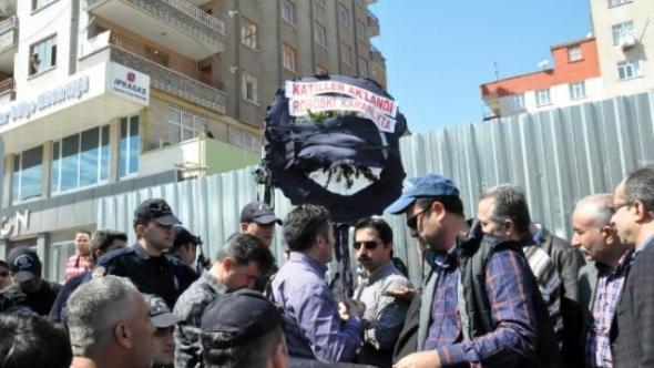 Polis CHP'nin Diyarbakır Adliyesi'ne Çelenk Bırakmasına İzin Vermedi