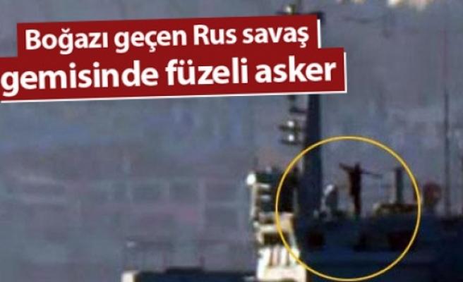 Boğazı geçen Rus savaş gemisinde füzeli asker