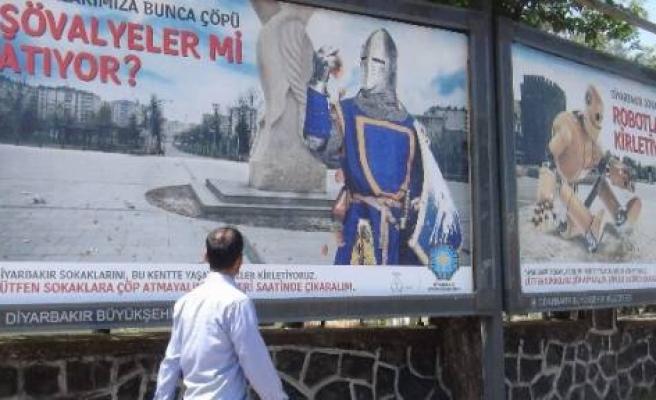 Diyarbakır'da Astronotlu Sihirbazlı Temizlik Çalışması