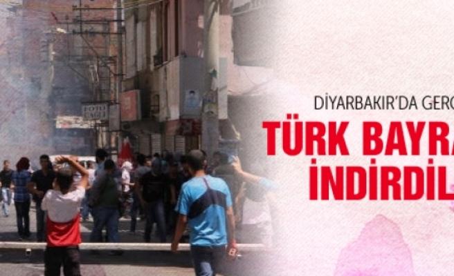 Diyarbakır'da Türk bayrağını indirdiler