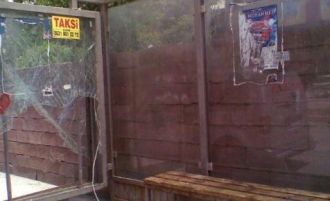 Duraklardaki Kırık Camlar Tehlike Saçıyor