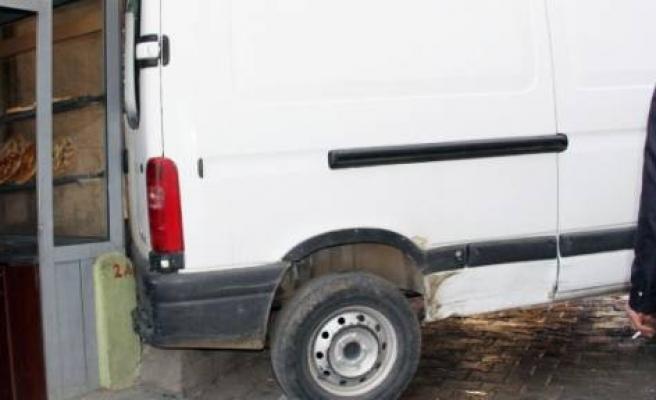 El Freni Çekilmeyen Minibüs Fırına Girdi