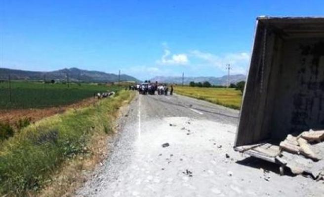 Hüda Par Üyelerini Taşıyan Araç, Çimento Yüklü Tır'a Çarptı: 7 Yaralı