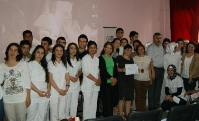 Özel Universal Diyarbakır Hastanesi'nden Hemşire Adaylarına Kitap Yardımı