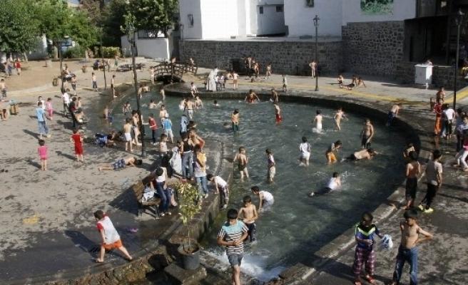 Sıcaktan Etkilenen Vatandaşlar Süs Havuzuna Koştu