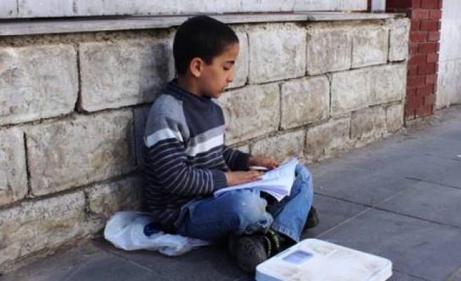 Sokakta Kitap Okuyor