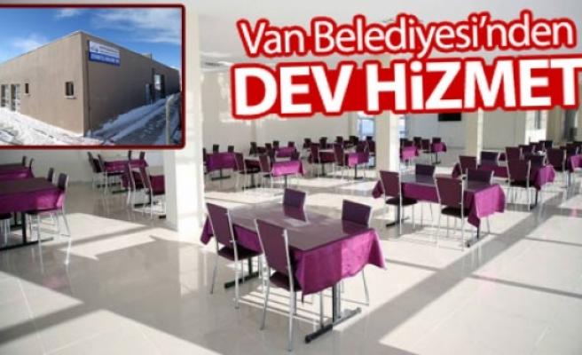 Van Belediyesi cezaevi önünde bekleme salonu yaptı