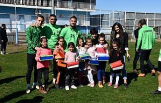 Kitap Kurdu Öğrencilere Spor Ayaykkabısı