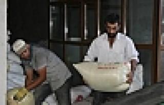 Diyarbakır'dan Suriye'ye İki Kamyon Gıda Gönderildi