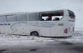 Diyarbakır firmasına ait yolcu otobüsü buzlanmadan dolayı kaza yaptı.