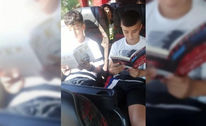 Deplasman Otobüsünde Kitap Okuma Alışkanlığı