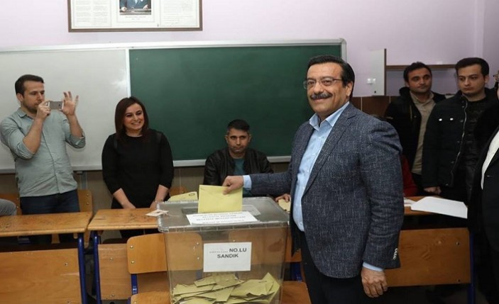 Akparti Diyarbakır Büyükşehir Belediye Başkan Adayı Cumali Atilla oyunu kullandı